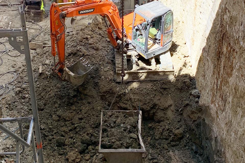 Escavações com remoção e transporte de materiais e terras